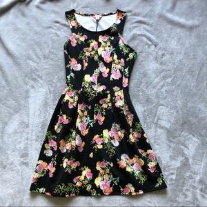Dresses & Skirts - Floral dress!